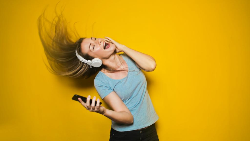 afbeelding-jonge-vrouw-die-muziek-luistert-koptelefoon